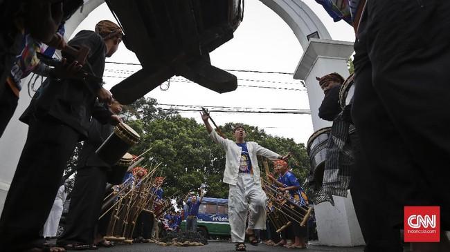 Deklarasi dukungan NasDem untuk Ridwan Kamil digelar dengan kirab budaya Monumen Bandung Lautan Api. (CNN Indonesia/Adhi Wicaksono)