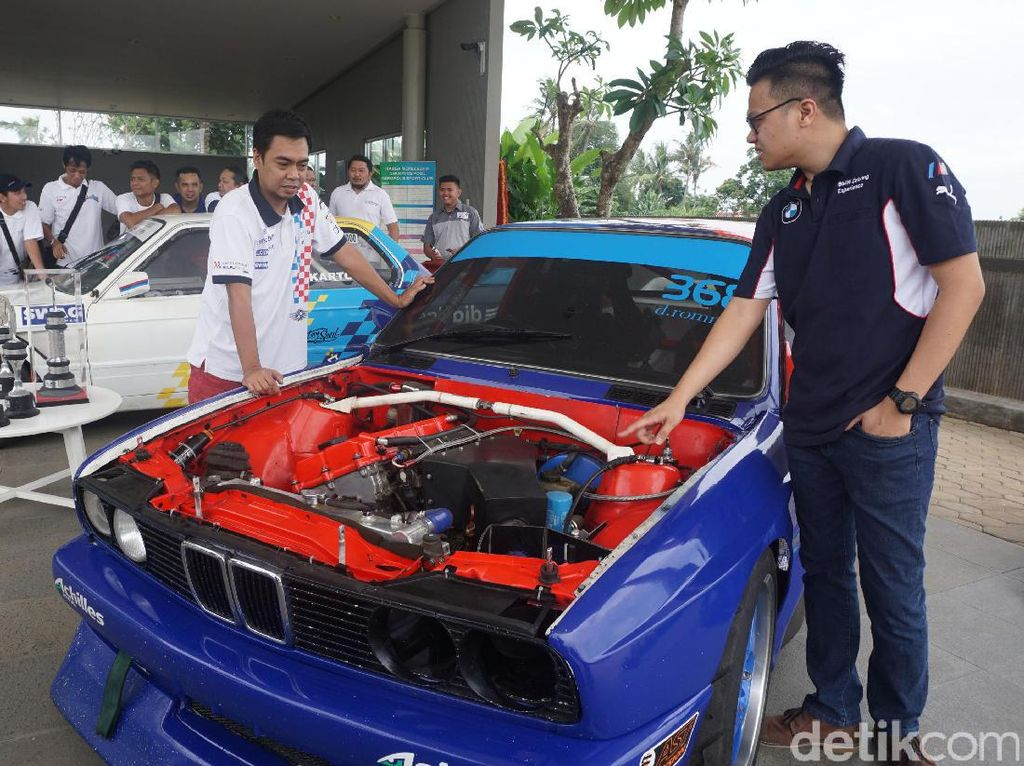 Corporate Communication Manager BMW Group Indonesia Ismail Ashlan (kiri), berdiskusi dengan Ketua BMW Car Clubs Indonesia E30 Register Adhitia Yudhistira di sela acara BMWCCI Family Gathering di Tangerang, Banten, Sabtu (18/03/2017).