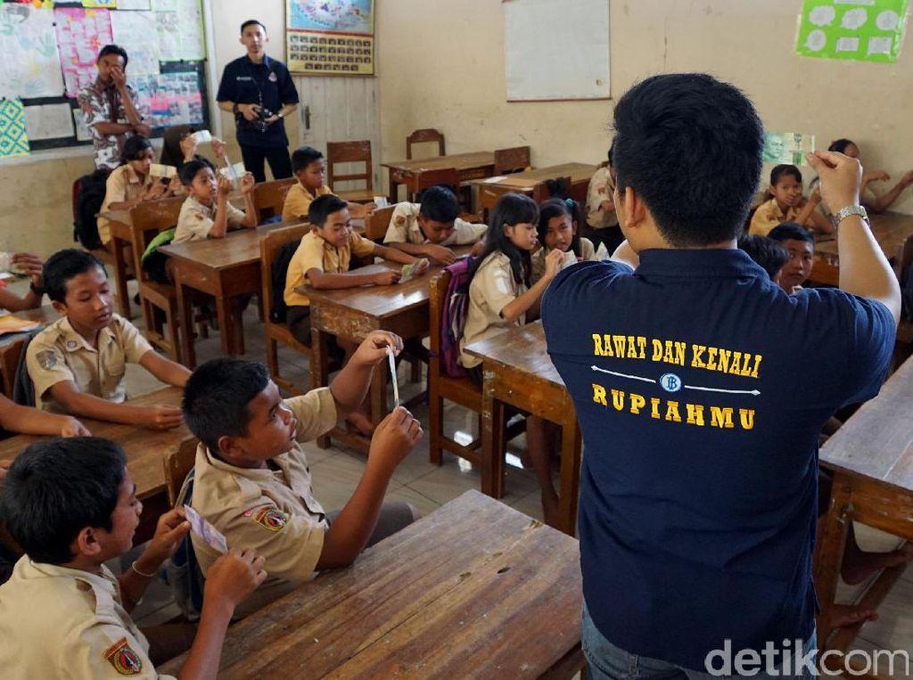 Siswa SD mendengarkan penjelasan dari pihak BI. Desa Ujung Alang, Kecamatan Kampung Laut, Cilacap, Jawa Tengah itu berada di wilayah Cilacap dan dikelilingi oleh hutan bakau serta lautan. Untuk sampai ke wilayah tersebut harus menggunakan perahu selama 1,5 jam perjalanan laut dari dermaga Sleko, Cilacap.