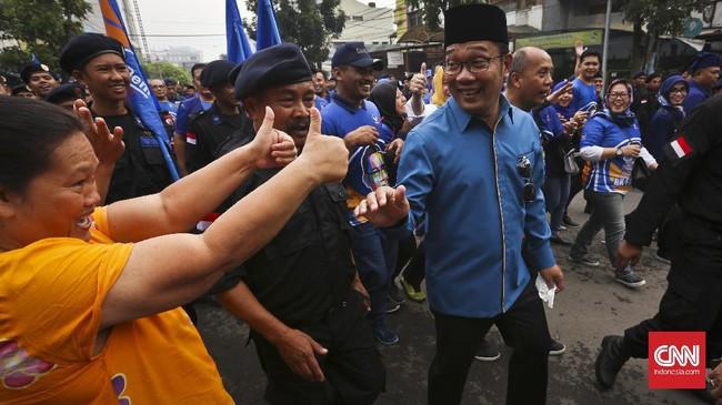 Sepanjang rute kirab budaya, Ridwan Kamil beberapa menyapa warga Bandung. Ridwan memimpin Kota Bandung sejak 2013. Kala itu Ridwan diusung Partai Keadilan Sejahtera dan Partai Gerindra. (CNN Indonesia/Adhi Wicaksono)