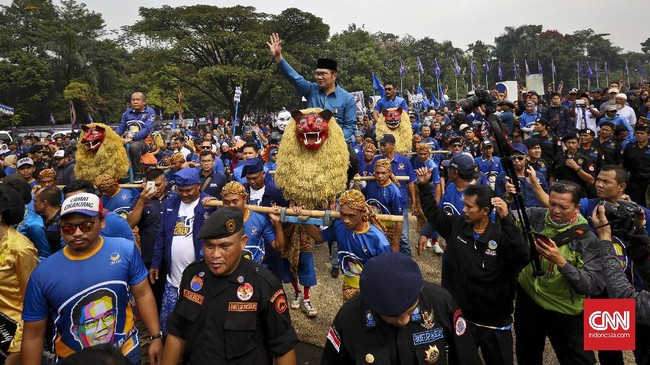 Ketua Umum Partai NasDem Surya Paloh memuji Ridwan Kamil sebagai satu dari sedikit kepala daerah berprestasi. Ia yakin Ridwan memiliki potensi untuk tidak sekedar menjadi gubernur. (CNN Indonesia/Adhi Wicaksono)