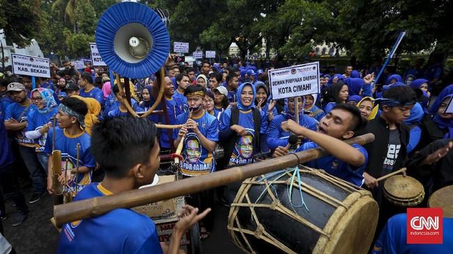 Kirab budaya pada deklarasi dukungan untuk Ridwan Kamil diikuti ratusan kader Partai NasDem dari 27 daerah pimpinan wilayah. (CNN Indonesia/Adhi Wicaksono)