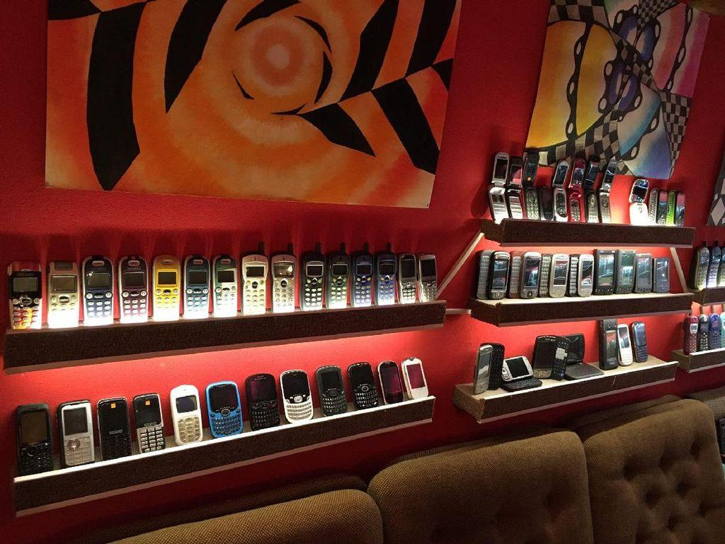 Meski telah mencapai 3.500 ponsel, Stefan rupanya belum puas. Ia akan terus mencari ponsel jadul lain agar koleksinya makin lengkap. Foto: Facebook.com/muzeummobilovsk