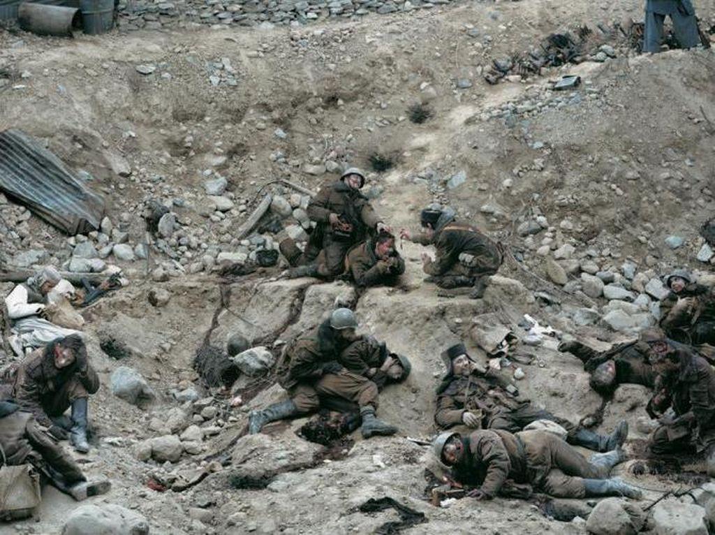 Dead Troops hasil jepretan fotografer asal Kanada Jeff Wall pada tahun 1992. Foto yang menggambarkan sebuah visi penyergapan Rusia ke Afganistan tahun 1986. Dilelang oleh balai lelang Christie di New York foto ini sukses terjual seharga USD 3,7 jut atau sekitar Rp 49 miliar. (Foto: Internet)