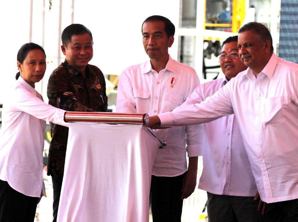 Presiden Jokowi didampingi Menteri BUMN Rini Soemarno, Menteri ESDM Ignasius Jonan, Gubernur Kalimantan Barat Cornelis, dan Direktur Utama PLN Sofyan Basir meresmikan 8 Pembangkit Listrik Tenaga Gas (PLTG) Mobile Power Plant (MPP) yang tersebar di 8 lokasi dengan total kapasitas 500 Megawatt (MW). Agus Trimukti/Humas PLN.