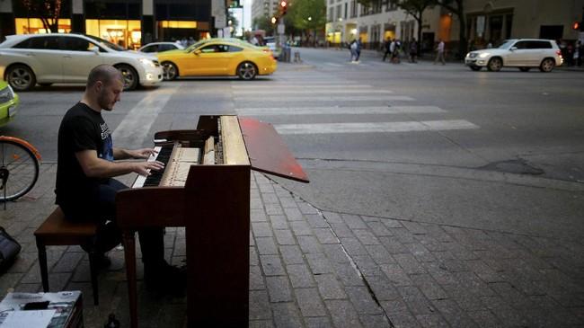 <p>Dalam bidang musik, seorang pria, yang diketahui bernama David Gogi, mengekspresikan emosinya dengan memainkan piano di sebuah pojokan jalan saat SXSW. (REUTERS/Brian Snyder)</p>