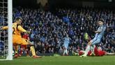 <p>Manchester City berhasil menyamakan kedudukan pada menit ke-69 melalui tendangan Sergio Aguero setelah meneruskan umpan silang Kevin De Bruyne.(Reuters / Andrew Yates)</p>