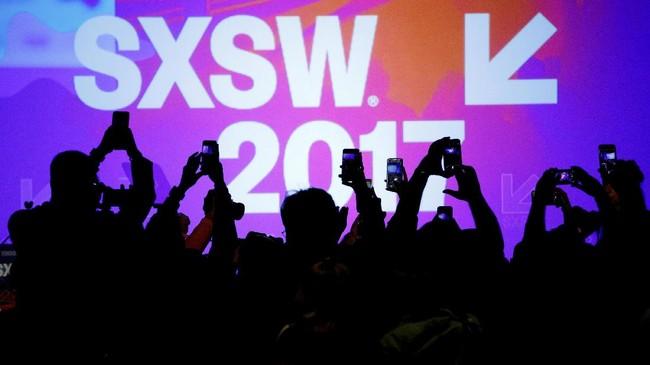 <p>South by Southwest (SXSW) Music Film Interactive Festival 2017 merupakan salah satu festival terbesar di duniayang memberikan kesempatan bagi ribuan musisi dan sineas dari seluruh dunia untuk memamerkan karyanya.Tahun ini, SXSW dimulai Jumat (10/3) hingga Minggu (19/2) di Austin, Texas, AS. (REUTERS/Brian Snyder)</p>