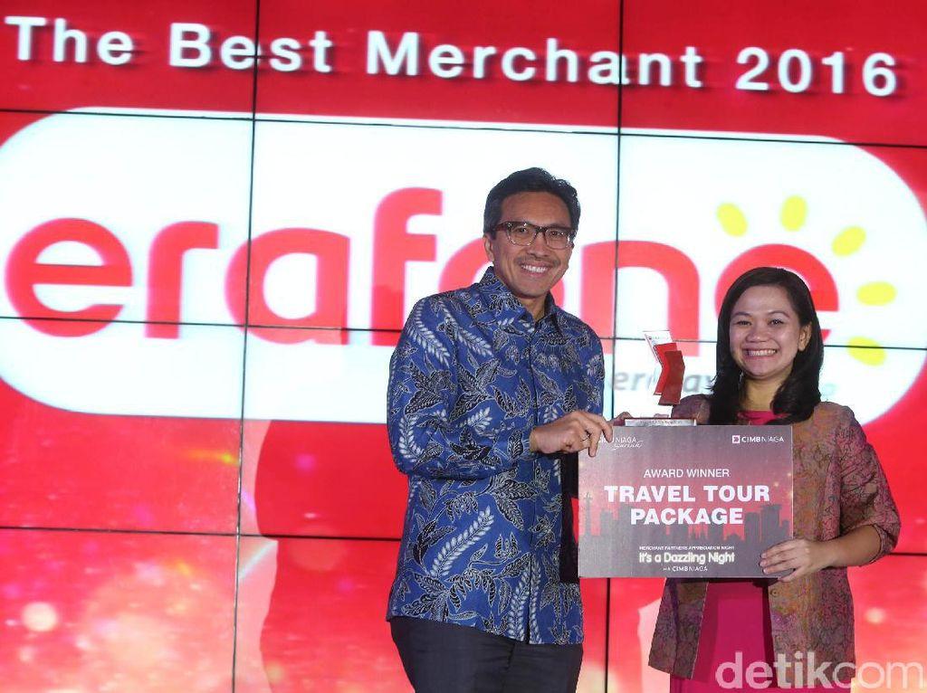 Presiden Direktur Bank CIMB Niaga Tigor M Siahaan memberikan apresiasi kepada salah satu perusahaan terpilih dalam acara CIMB Niaga Merchant Partners Appreciation Night, di Jakarta, Senin (20/3/2017)