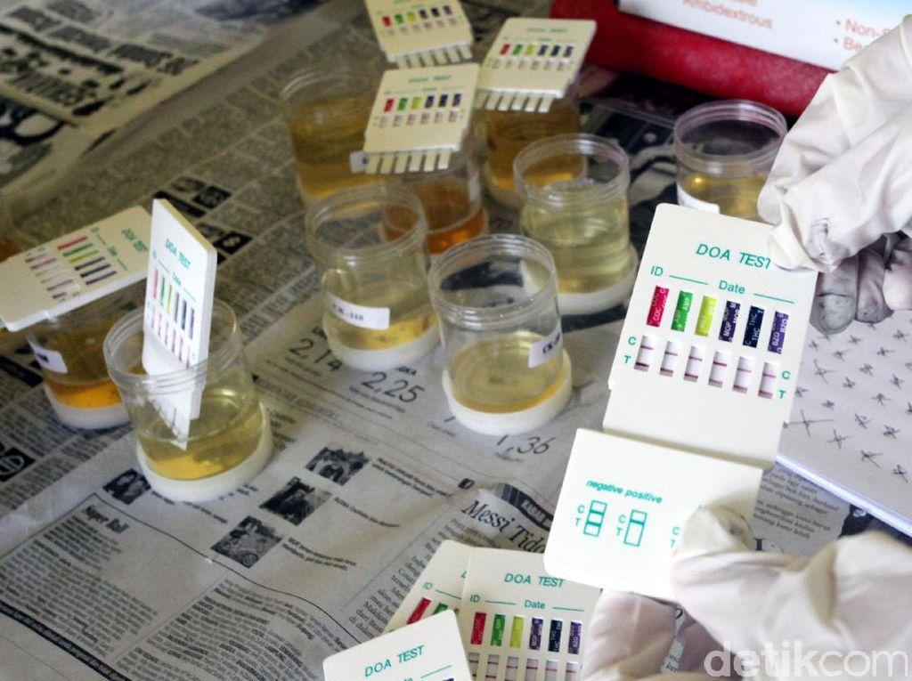 Petuga BNN memperlihatkan hasil tes urine karyawan perum PPD.