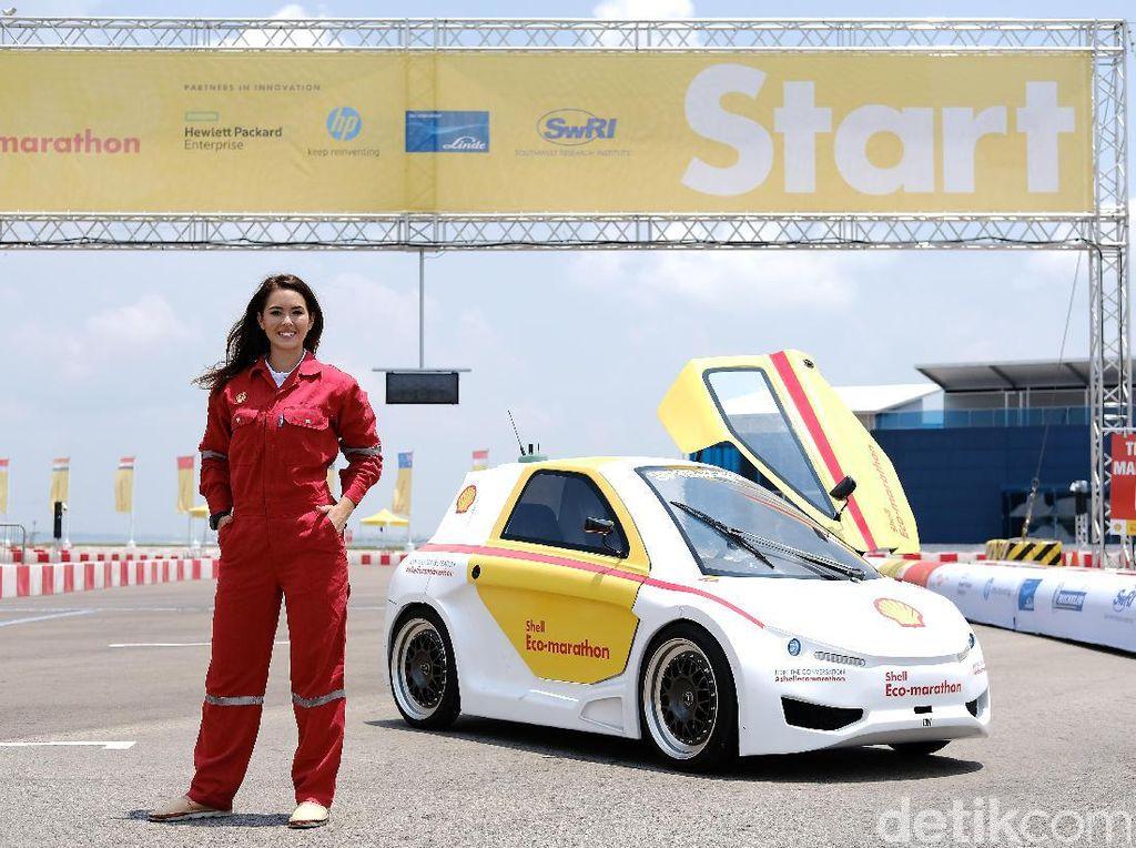 Saat menjadi presenter di Shell Eco-marathon, Claire juga sempat menyemangati tim mahasiswa dari Indonesia saat kategori Drivers World Championship digelar Minggu 19 Maret kemarin. Foto: Shell