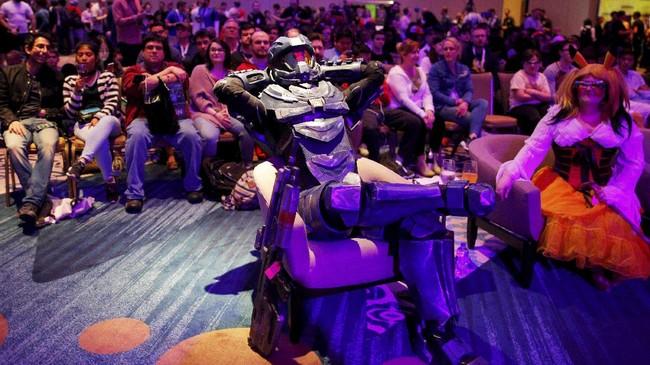 <p>Pecinta cosplay juga dimanjakan oleh acara kontes cosplay yang digelar saat Gaming Opening Party SXSW. Selain para kontestan, juri yang terlibat pun mengenakan kostum unik. (REUTERS/Brian Snyder)</p>