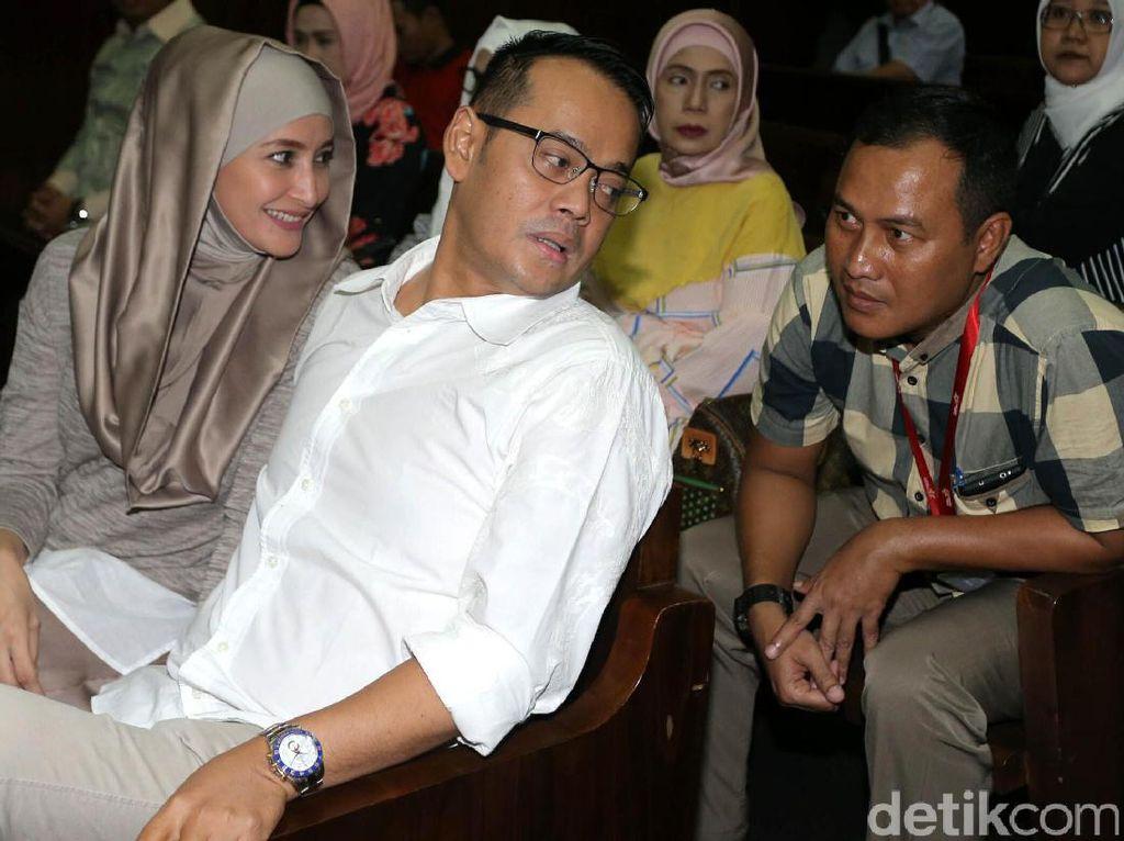 Inneke dan Fahmi berbincang dengan kerebat mereka.