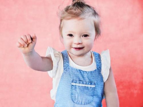 Menggemaskan, Balita Down Sindrome Jadi Model Pakaian Anak-anak