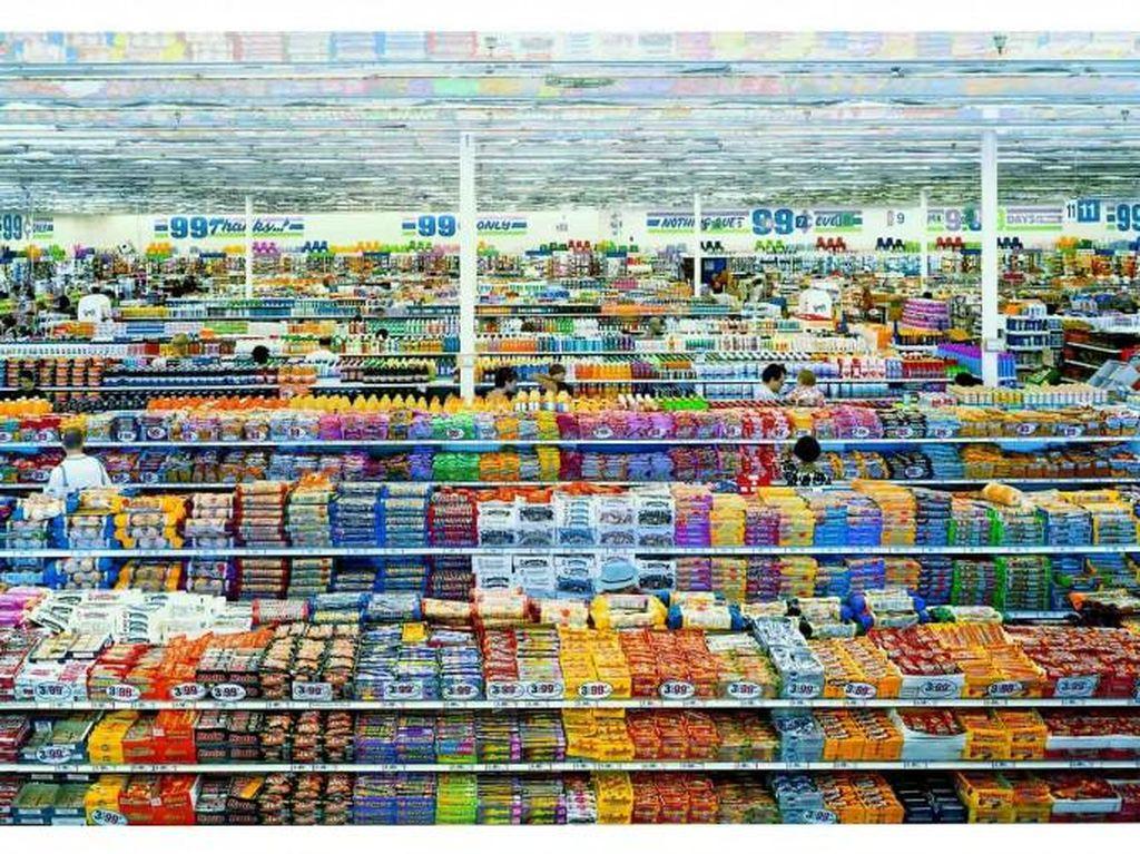 99 Cent II Diptychon foto yang diambil pada tahun 2001 yang menampilkan suasana supermarket dengan berbagai macam makanan ringan. Merupakan hasil karya Andreas Gursky mampu menjual dengan harga USD 3,3 juta atau sekitar Rp 43 miliar. (Foto: Internet)