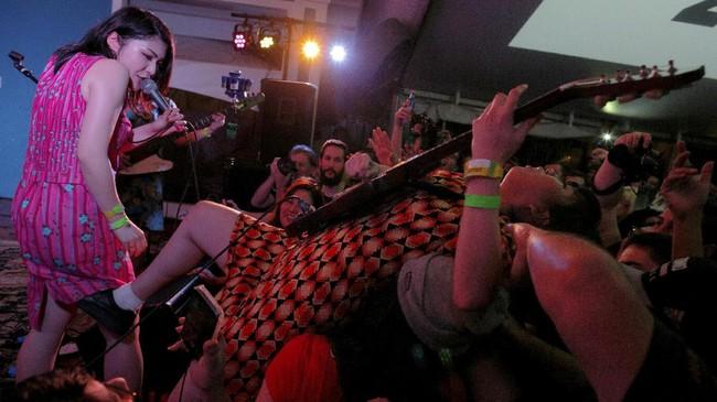 <p>Ribuan band yang tampil dalam festival ini harus melalui proses penyaringan super ketat oleh panitia. Karenanya, selain kualitas musikalitas yang mumpuni, ribuan musisi itu selalu punya musik unik. Misalnya saja, band punk rock garage asal Jepang, Otoboke Beaver, tampil di Maggie Mae.(REUTERS/Brian Snyder)</p>