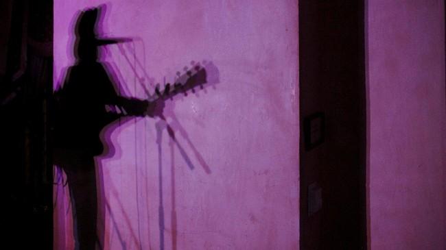 <p>Menengok ke dalam tempat festival, terdapat sekitar 2.500 musisi dari seluruh dunia tampil di seratusan panggung yang disiapkan panitia SXSW, salah satunya grup asal Australia The Heart Collectors tampil di Victorian Room, Driskill. (REUTERS/Brian Snyder)</p>