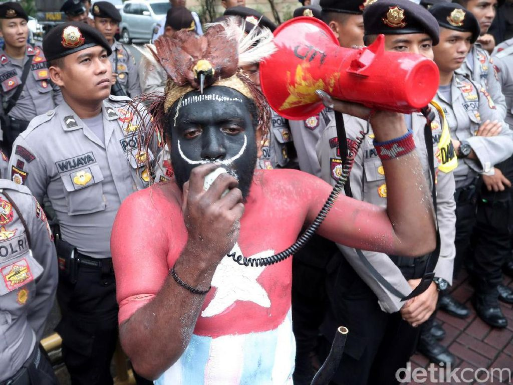 Demonstran berorasi di depan kantor PT Freeport Indonesia di Gedung Plaza 89, Jalan HR Rasuna Said, Kuningan, Jakarta, Senin (20/3/2017).