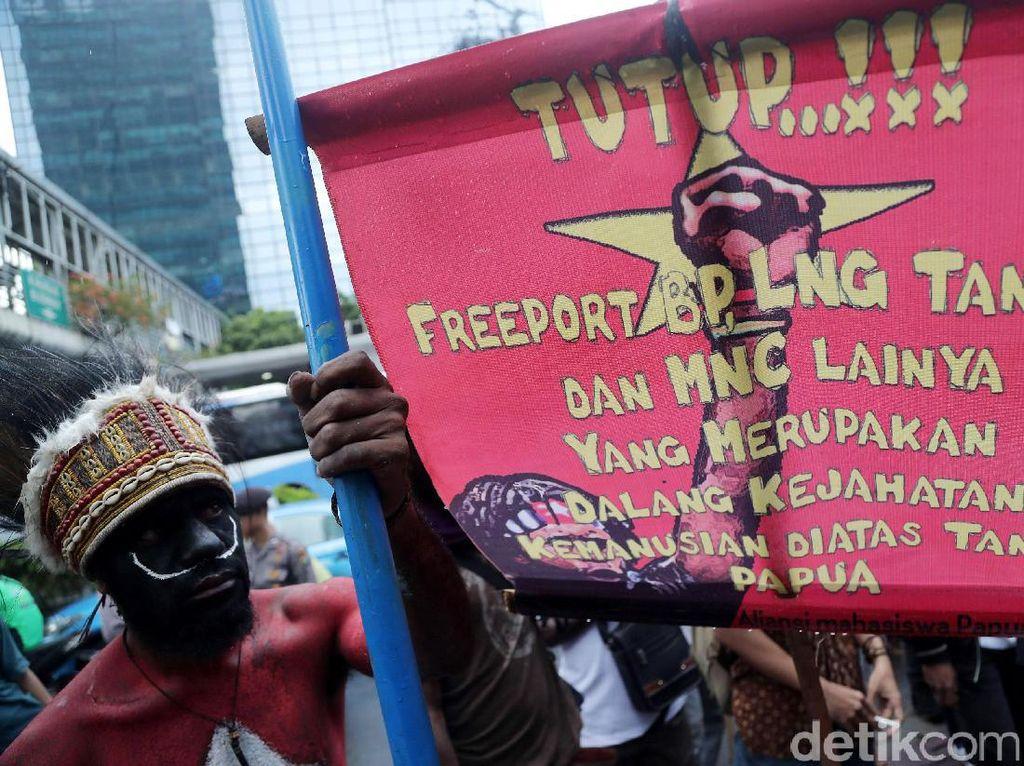 Para demonstran menuntut tambang Freeport di Papua ditutup.