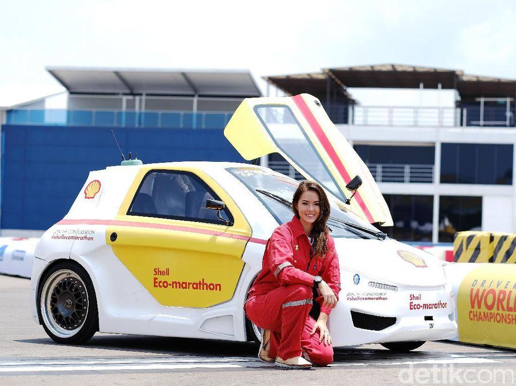 Claire berpose dengan mobil show car Shell di lomba hemat energi Shell Eco-marathon. Foto: Shell