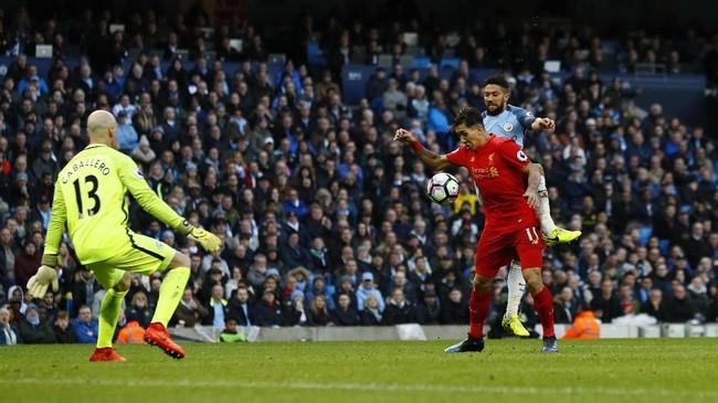<p>Pertandingan di Stadion Etihad berlangsung menarik. Tapi, gol baru tercipta di babak kedua setelah Liverpool mendapatkan penalti. Pelanggaran Gael Clichy terhadap Roberto Firmino membuat The Reds mendapatkan hadiah penalti.(Reuters / Jason Cairnduff)</p>