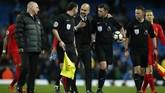 <p>Pep Guardiola berbicara dengan wasit Michael Oliver usai pertandingan. Guardiola mengaku puas dengan hasil imbang 1-1 melawan Liverpool yang diraih Manchester City setelah kegagalan di Liga Champions.(Reuters / Andrew Yates)</p>