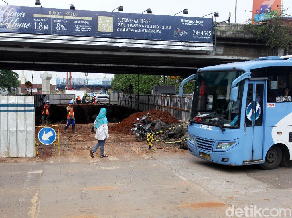 Pembangunan proyek underpass di Jalan RA Kartini untuk mengantisipasi kemacetan di perempatan Lebak Bulus.