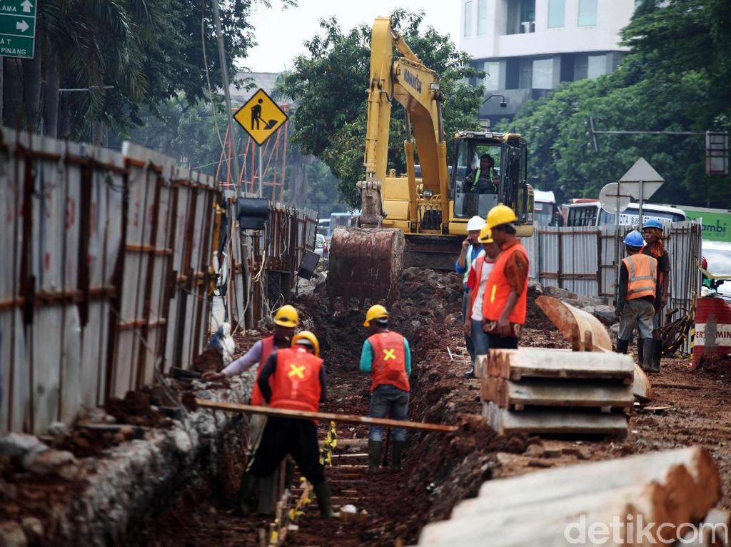 Para pekerja sedang membangunan proyek underpass di Jalan RA Kartini, Metro Pondok, Lebak Bulus, Jakarta Selatan, Selasa (21/3/2017).