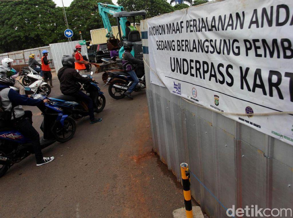 Para pengendara pun harus bersabar akibat kemacetan efek dari pembangunan underpass.