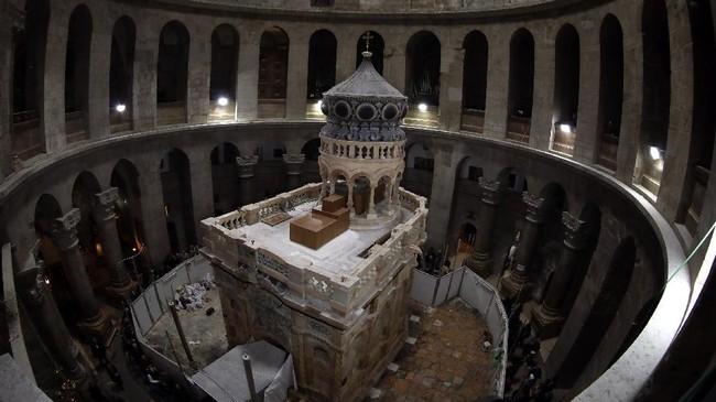 <p>Sebuah tim yang terdiri dari peneliti dan ahli restorasi telah melengkapi pekerjaan pada situs bersejarah makam Yesus di Kota Tua Yerusalem dan dijadwalkan akan dibuka kembali untuk publik Rabu (22/3). (AFP PHOTO / GALI TIBBON)</p>