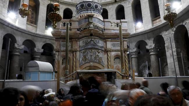 <p>Kelompok para ahli itu telah bekerja selama kurang lebih sembilan bulan terakhir di Gereja Makam Kudus dan difokuskan pada struktur kecil di atas makam yang dikenal dengan nama Edicule.(REUTERS/Ronen Zvulun)</p>
