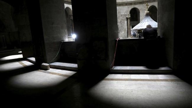 <p>Para ahli mengatakan pekerjaan mahal telah dikakukan pada batu makam dan baut titanium dipasang ke dalam lempengan batu sebagai salah satu yang menutup makam Yesus. (REUTERS/Ronen Zvulun)</p>