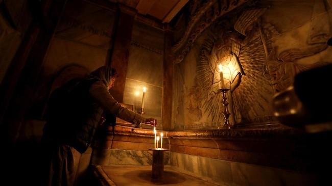 <p>Situs bersejarahtersebut dikelola secara bersama oleh Gereja Katolik Roma, Ortodok Yunani, dan Armenia. Namun ketegangan di antara kewenangan para gereja itu telah menunda upaya restorasi selama lebih dari dua abad.(AFP PHOTO / Gali TIBBON)</p>