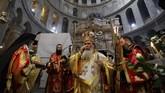 <p>Menurut kepercayaan Kristen, tubuh Yesus dimakamkan di tempat yang dikenal dengan Gereja Makam Kudus. Para ahli juga membetulkan sejumlah bagian dari gereja tersebut. (AFP PHOTO / GALI TIBBON)</p>