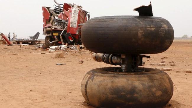 Pejabat maskapai mengatakan, kobaran api semula sempat membuat banyak pihak mengira tidak akan ada korban yang selamat. (REUTERS/Jok Solomun)