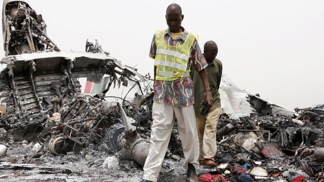 Sang pilot tak sengaja melampaui landasan sehingga pesawat tersebut terjatuh di tanah yang tidak beraspal. (REUTERS/Jok Solomun)