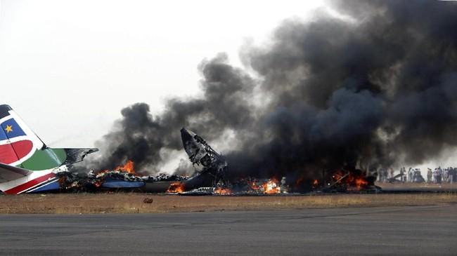 Sebuah pesawat komersial mendarat darurat di tengah cuaca buruk di sebuah bandara Sudan Selatan, mengakibatkan beberapa dari 43 penumpangnya luka-luka. (AFP PHOTO/UNMISS/HAND OUT)