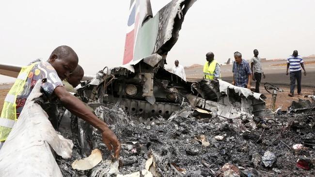 Awalnya, otoritas tidak bisa menemukan semua penumpang karena beberapa dari mereka telah melarikan diri menjauh dari pesawat. (REUTERS/Jok Solomun)
