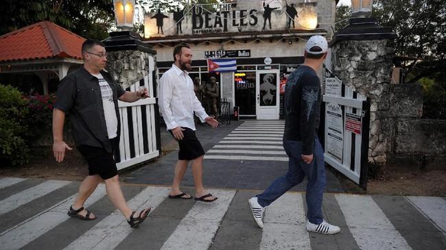 Menjadi penggemar the Beatles di Kuba bukan perkara mudah. Negara komunis itu melarang seluruh bentuk kebudayaan Barat, termasuk musik the Beatles, tapi itu dahulu. (AFP PHOTO / YAMIL LAGE)