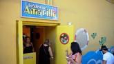 Para penggemar the Beatles biasa berkumpul di bar the Yellow Submarine di Havana, untuk mengenang lagu-lagu hits band itu di era '60 hingga '70-an. (AFP PHOTO / YAMIL LAGE)