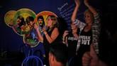 Para penggemar the Beatles menikmati lagu band idola mereka sembari menari dan bernyanyi, seperti yang ada di the Yellow Submarine, Havana. (AFP PHOTO / YAMIL LAGE)