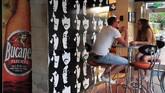 Di Havana, juga ada bar yang mendedikasikan khusus untuk penggemar the Beatles. Bar ini pun dikunjungi para turis yang juga mengagumi band tersebut. (AFP PHOTO / YAMIL LAGE)