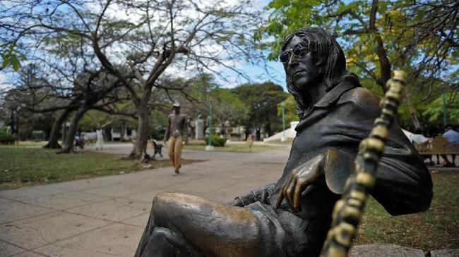 Salah satu bukti the Beatles sudah diterima di Kuba adalah keberadaan patung dari sosok ikonis band tersebut, John Lennon. (AFP PHOTO / YAMIL LAGE)