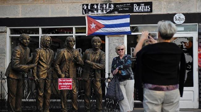 Sejumlah turis mengambil gambar di luar bar the Beatles di Veradero, Provinsi Matanza, Kuba. (AFP PHOTO / YAMIL LAGE)