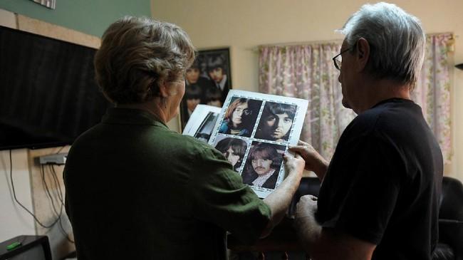 Para penggemar the Beatles di Kuba itu selama ini menyimpan rapat-rapat ungkapan kesukaan mereka terhadap band John Lennon itu. (AFP PHOTO / YAMIL LAGE)