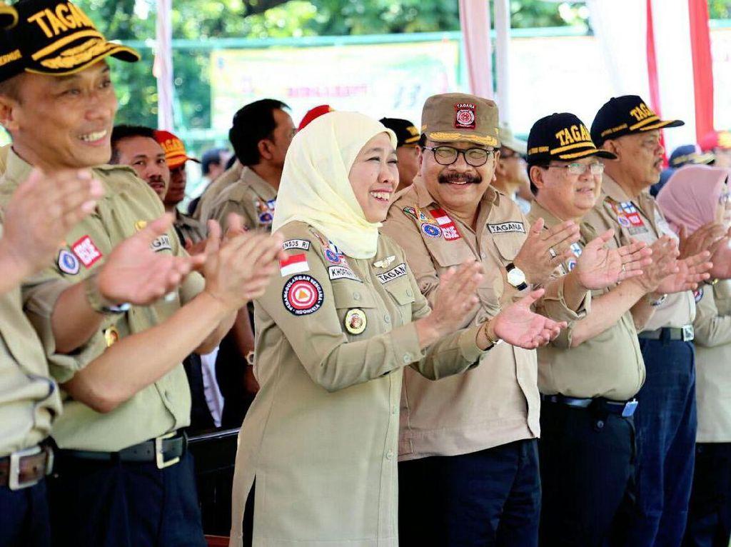 Dalam kesempatan itu, Mensos juga memberikan penghargaan kepada Provinsi Jawa Timur sebagai provinsi terbanyak kampung siaga bencana sejak tahun 2016 dan sebagai provinsi tanggap bencana yang diterima langsung Gubernur Jawa Timur Soekarwo. Pool/dok. Kemensos.