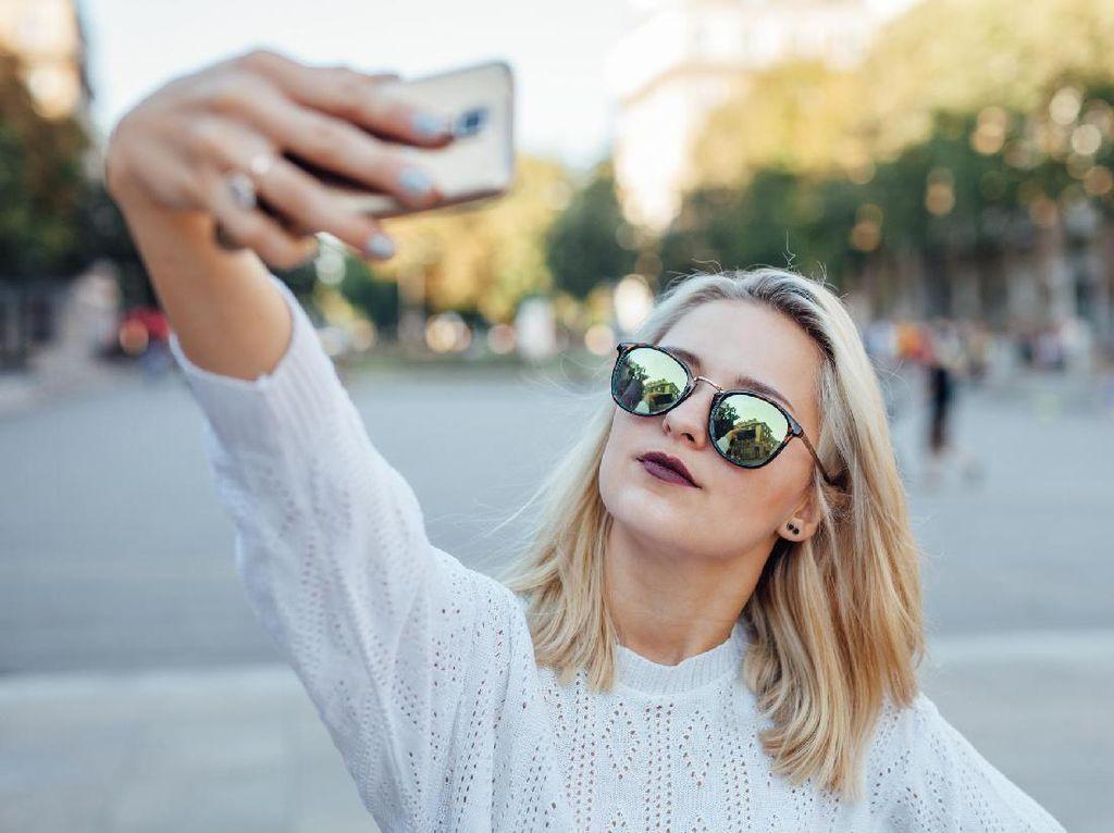 Ini Alasan Wanita Suka Selfie dari Atas dan Pria dari Bawah
