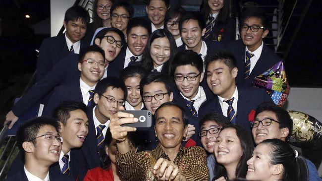 Dilarang KPU, Jokowi Ganti Hadiah Sepeda dengan Foto Bersama