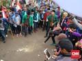 Mahasiswa Gelar Aksi Lepas Tikus Terikat Uang di DPR