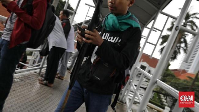 Usai pertemuan dengan Wiranto, salah satu tuntutan dalam aksi itu adalah pemerintah agar tak mengistimewakan Ahok. (CNN Indonesia/Adhi Wicaksono)